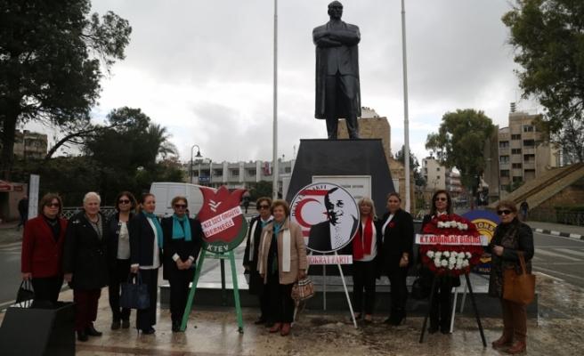 Kadın örgütleri Atatürk Anıtı ve Zübeyde Hanım büstüne çelenk sundu