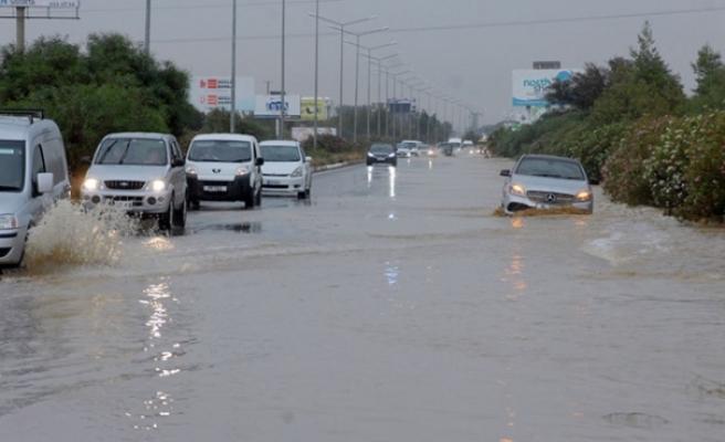 Lefkoşa- Girne Anayolu üzerinde mahsur kalan araçlar kurtarılıyor