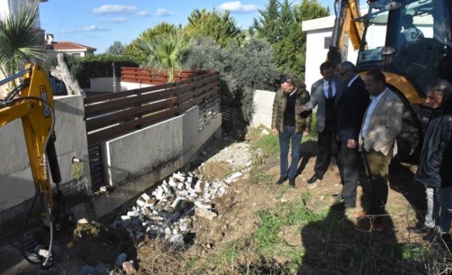 Ozanköy'de derenin önünü kapatan perde duvarı yıkıldı
