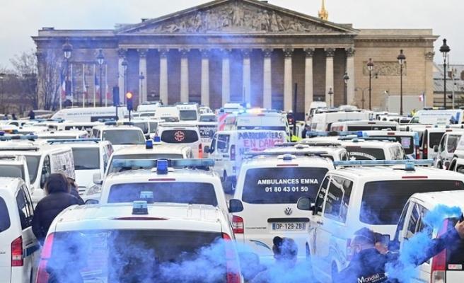 Şimdi de ambulans çalışanları ve öğrenciler de sokağa döküldü