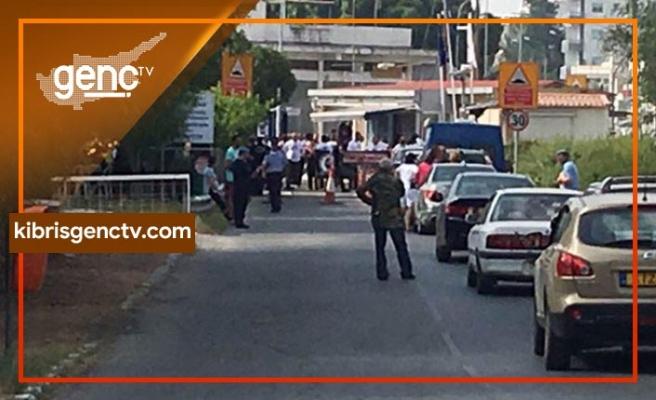 Kapılarda Rum polisinin uygulaması eziyet yaratıyor