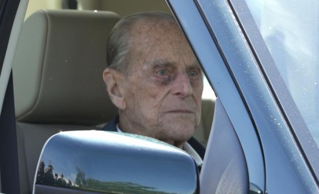 Prens Phillip emniyet kemersiz araba kullanırken 'yakalandı'