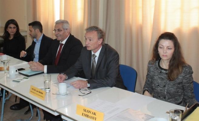 Slovak Büyükeçiliği'nin Kıbrıslı Türk ve Kıbrıslı Rum siyasi partilere yönelik düzenlediği aylık toplantı yapıldı