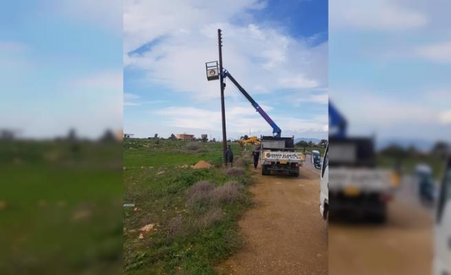 Türkmenköy'de kırsal kesim arazilerine elekrik veriliyor