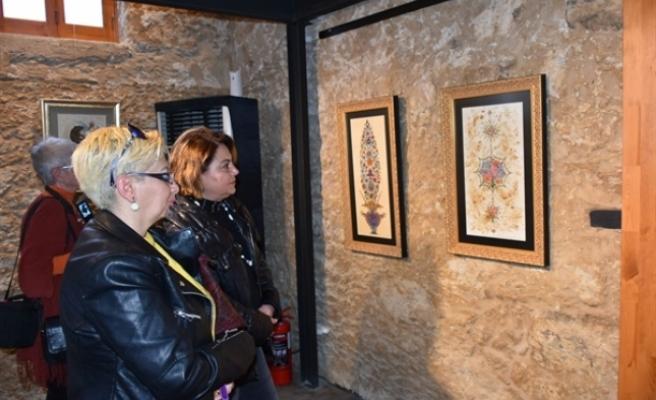 """Arzu Pehlivan'ın """"Saraydan Karma"""" ismini taşıyan nakkaş sergisi, açıldı"""