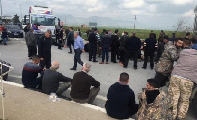Eylemciler, Ercan çemberini traktörler ve oturma eylemi ile trafiğe kapattı
