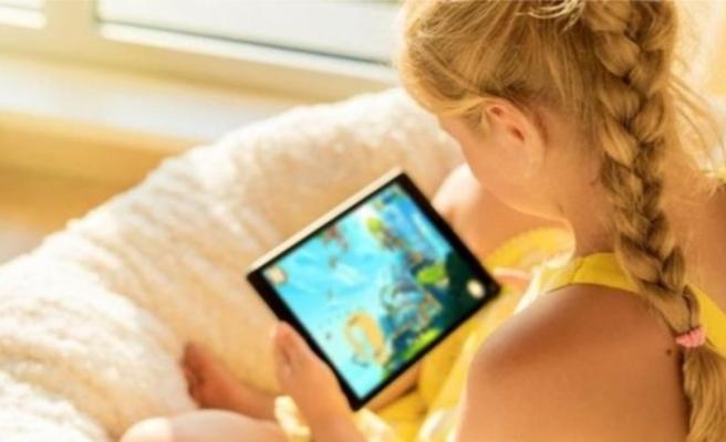 İngiltere'de ailelere tavsiye: Çocuklarınız iki saatte bir elektronik cihaz kullanımına ara versin