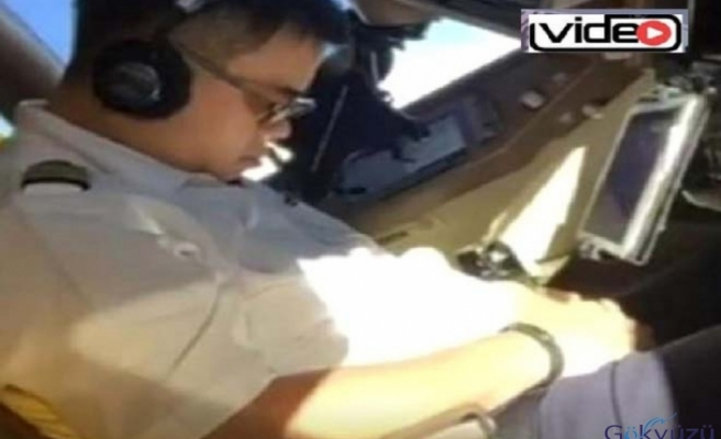 Pilot, uçuş sırasında uyurken görüntülendi