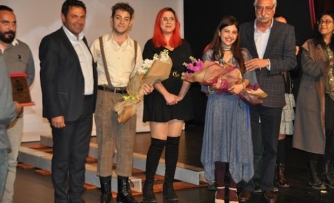 """1. Uluslararası Tiyatro Festivali """"Çökme Tehlikesi Var"""" adlı oyunla devam etti"""