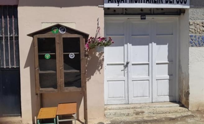Akçay köyünde muhtarlıkça kurulan iki sokak kütüphanesi, hizmete giriyor