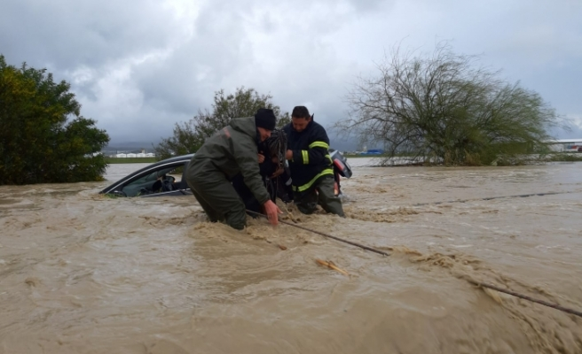 Bir çok yol sular altında… Bazı evleri de su bastı… Mahsur kalanlar oldu