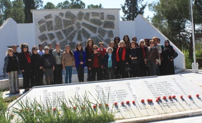 DP'li kadınlardan Atlılar Şehitliği ile Muratağa Sandallar Şehitliği'nde anma töreni