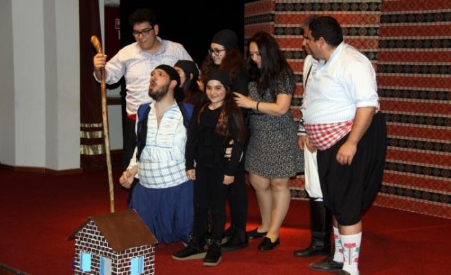 Güney Mesarya Halk Tiyatrosu'nun 'Ejderha Tepesi' isimli oyunu İskele AKM'de sahnelendi