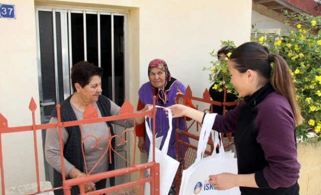 İskele Belediyesi bölgede yaşayan kadınlara bez çanta dağıttı