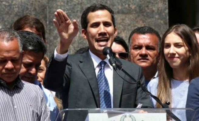 """Juan Guaido: """"Asker destek verince devlet başkanlığı sarayına gideceğim"""""""