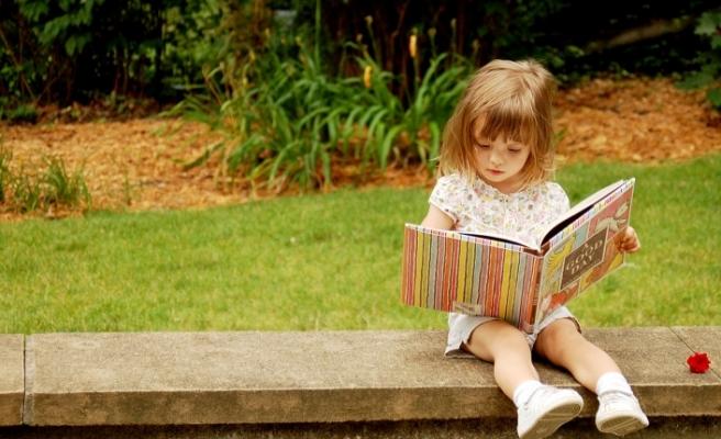Kitap okunan evde büyüyen çocuklar Okumayı daha çabuk öğreniyor