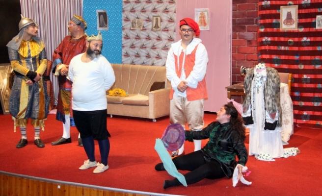 Kral Çıplak isimli oyunu sahnelendi