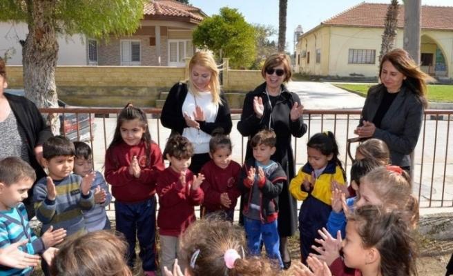 "Meral Akıncı, Vadili İlkokulu'na, Cumhurbaşkanlığı adına ""Temiz düşün bayrağı"" verdi"