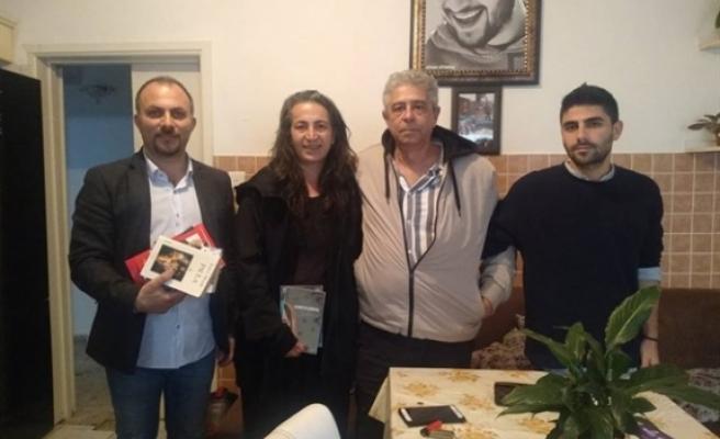Sol Hareket Gargınsu'yu evinde ziyaret ederek, kitap hediye etti