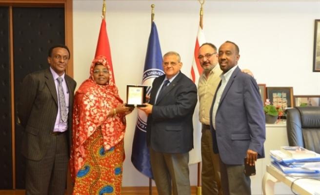 Somali Gençlik ve Spor Bakanı Khadijo Mohamed Diriye'nin iki çocuğunun DAÜ'ye yazdırdı