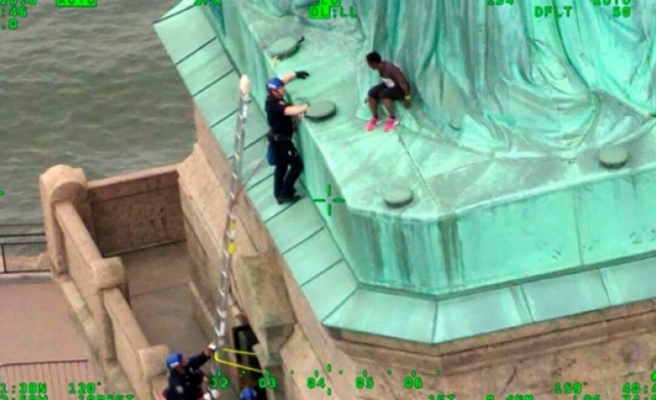 Trump'ı protesto için Özgürlük Anıtı'na tırmanan kadına ceza verildi