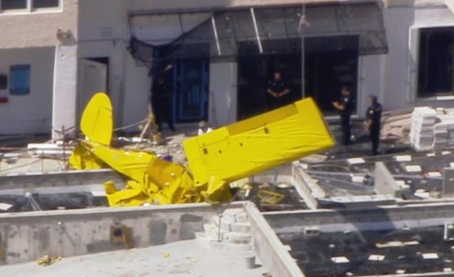 Uçak apartmana çarptı