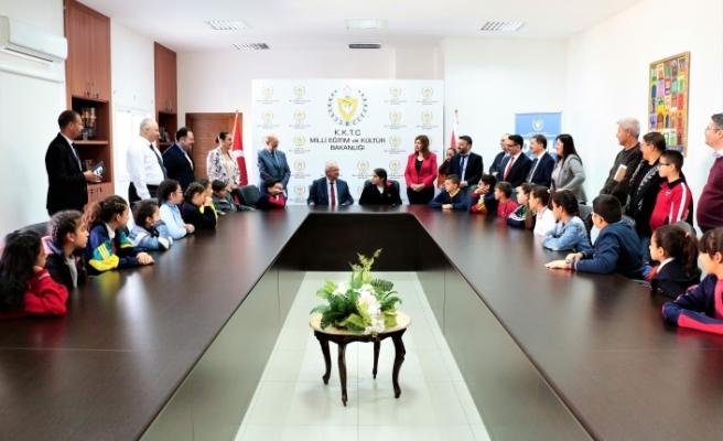 Bakan Özyiğit, öğrencilere Atatürk'ün yaptıklarını ve barışın önemini anlattı