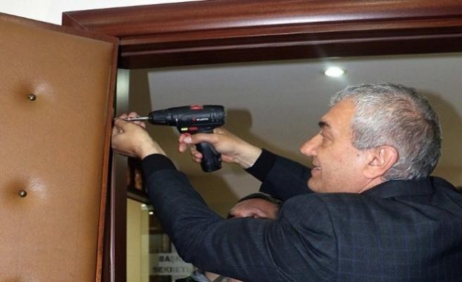 Belediye Başkanı seçildi, makam odasının kapısını söktü