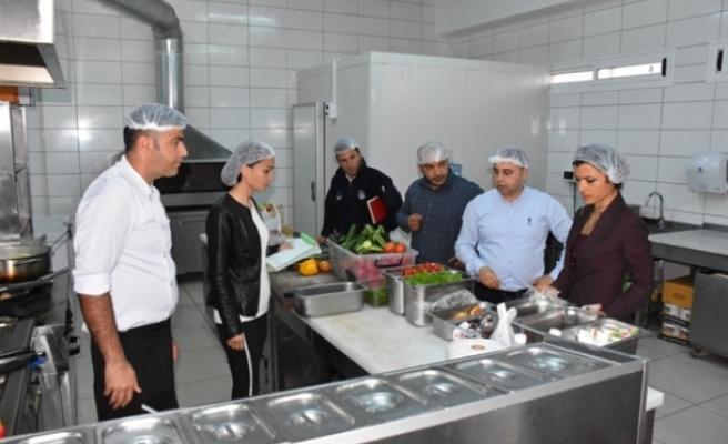 Girne'de gıda işletmeleri gece baskınlarıyla da denetleniyor