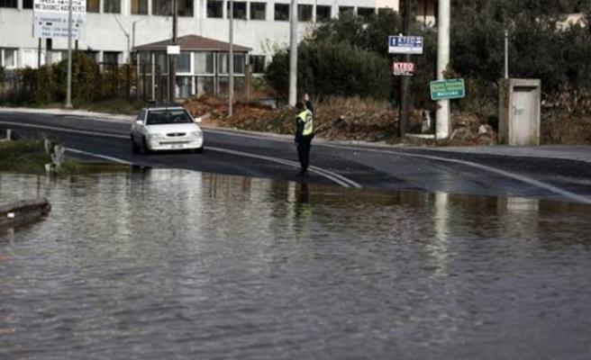 Güney Lefkoşa yarım saatlik yağışın ardından sulara gömüldü