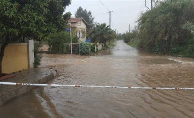Güzelyurt Hasane Ilgaz Sokakta suların çekilmesiyle yol yeniden trafiğe açıldı