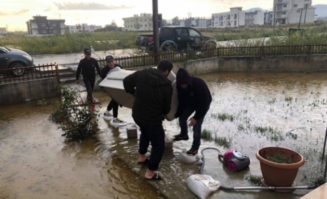 İyilik Gönüllüleri Haspolat'ta sel mağduru aileye eşya yardımı yaptı