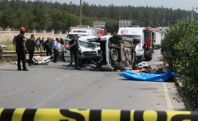 İzmir'de feci kaza...3'ü çocuk, biri bebek 7 kişi yaşamını yitirdi