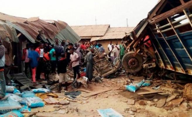 Nijerya'da kamyon pazar yerine girdi: 15 ölü, 42 yaralı