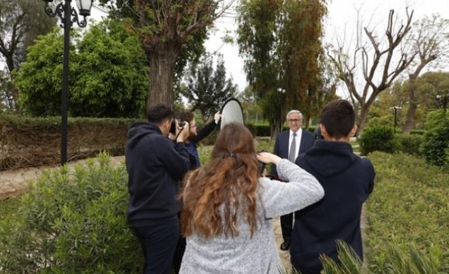 Öğrenciler, Akıncı ve eşinin fotoğrafını çekti