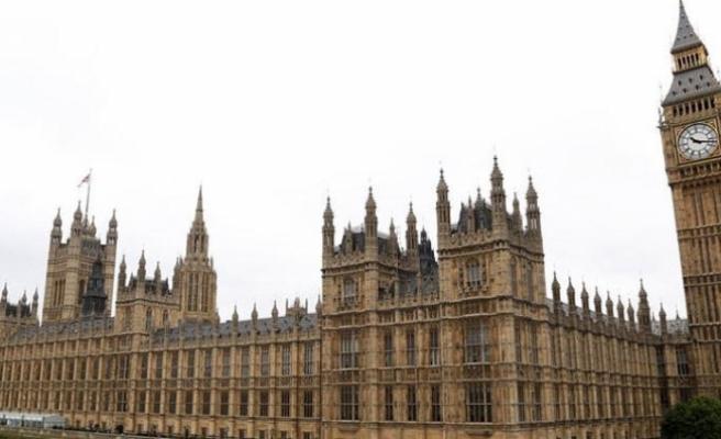Su sızıntısı İngiltere Parlamentosu'nu tatil ettirdi