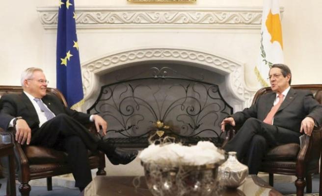 Tasarıyı sunan senatör Anastasiades ile görüştü