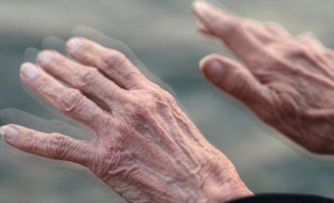 Yürürken kollarınızı sallamıyorsanız Parkinson olabilirsiniz!