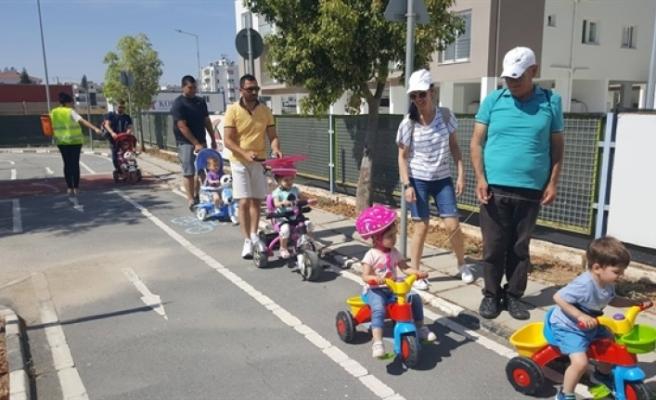 """Ailelerle birlikte """"bisiklet"""" temalı trafik eğitimi"""