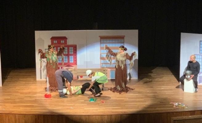 Çevre Koruma Dairesi'nin, çevreye karşı duyarsızlığı anlatan tiyatro oyunu, sahnelendi