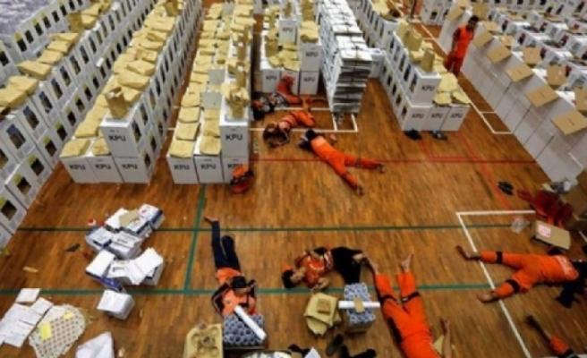 Endonezya'da seçim nedeniyle ölenlerin sayısı artıyor