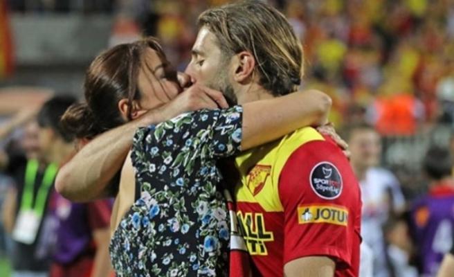Model Ebru Şancı, maçı kazanan Eşi Alpaslan Öztürk'ü öpücüklere boğdu