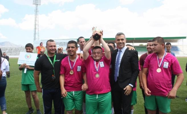 Özel atletizm oyunlarının kupa ve kapanış seremonisi gerçekleştirildi