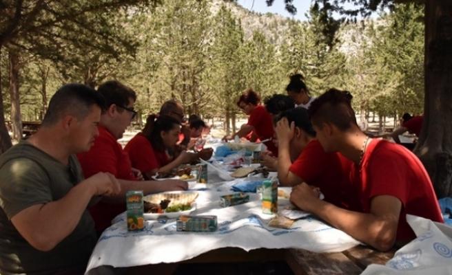 Özel gereksinimli gençler piknikte bir araya geldi