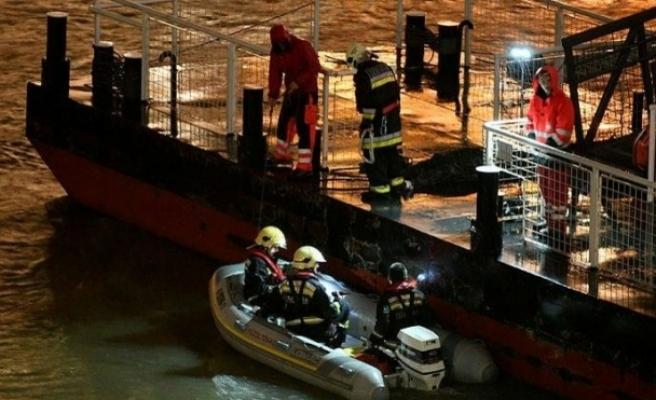 Tuna Nehri'nde yolcu gemisi battı