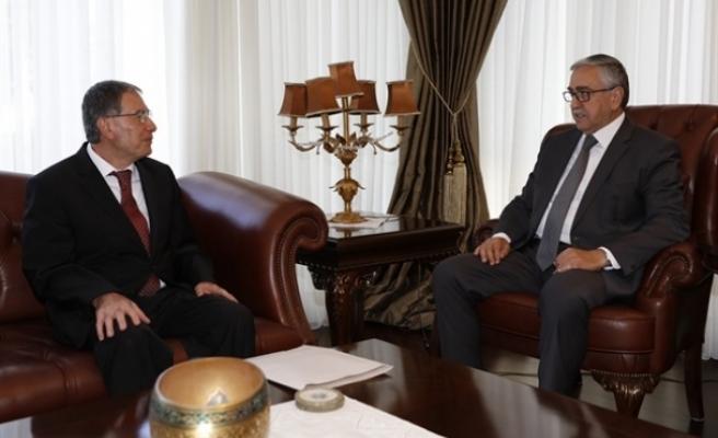 Cumhurbaşkanı Akıncı, Kamu Hizmeti Komisyonu  Başkanı Kâmil Kayral'ı kabul ederek görüştü