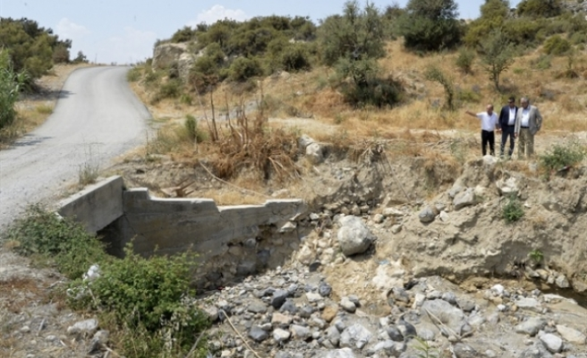 Cumhurbaşkanı Akıncı, Taşkent muhtarı ile tehlike oluşturan köprüde inceleme yaptı