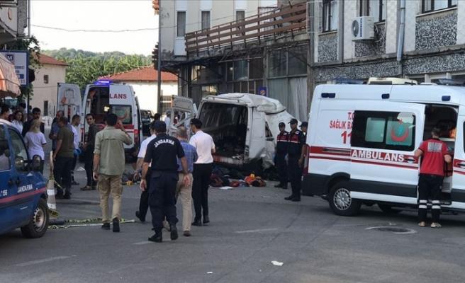 Düzensiz göçmenleri taşıyan araç kaza yaptı: 10 ölü,