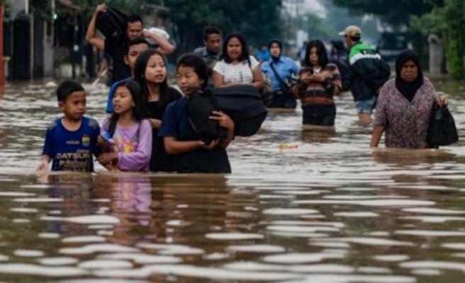 Endonezya'da hafta sonundan bu yana 20 bin kişi selden etkilendi