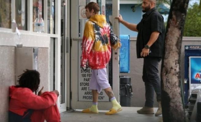 Justin Bieber, evsiz bir adama para verirken fotoğrafçılara yakalandı